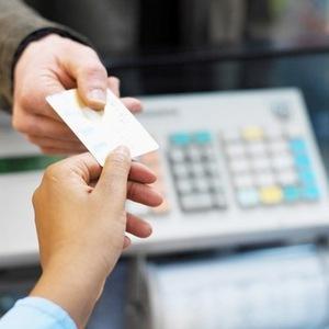 В магазине отказываются вернуть деньги наличными при оплате банковской картой