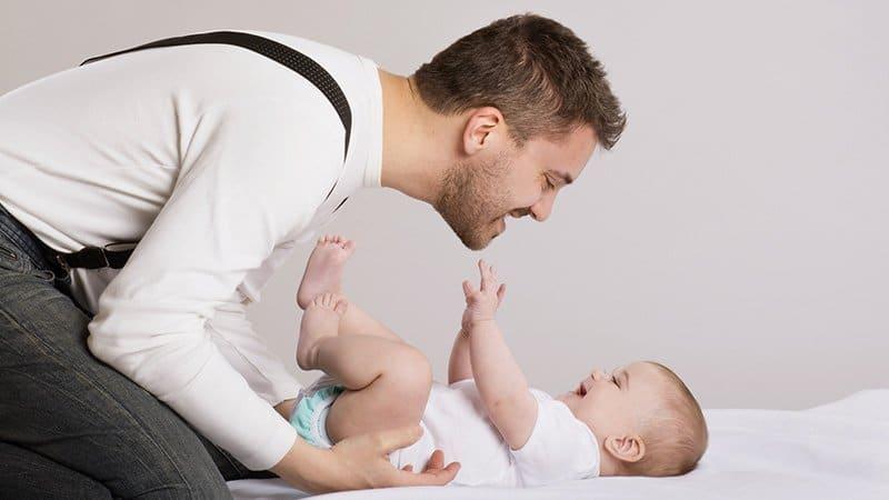 Кого признают отцом, если ребенок рожден вне брака и нужно ли его усыновлять